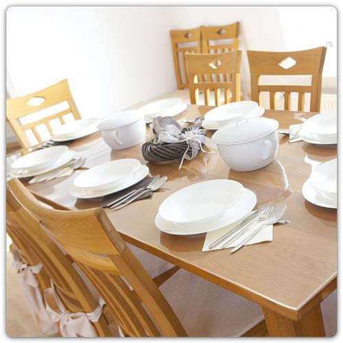 Transparente Tischfolie auf dem Esstisch