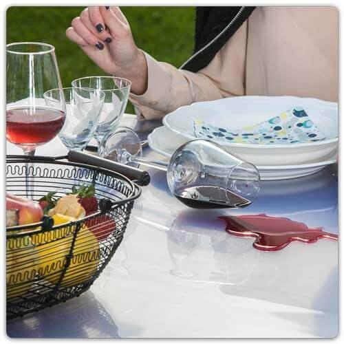 Transparente Tischfolie mit umgefallener Weinflasche