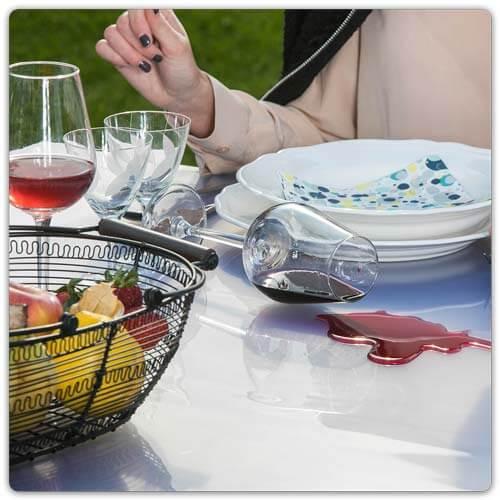 Tisch foliert - umgefallene Weinflasche mit Glass